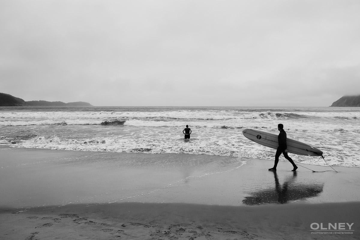 Surfer in Ingonish Cap Breton black and white olney photographe sherbrooke