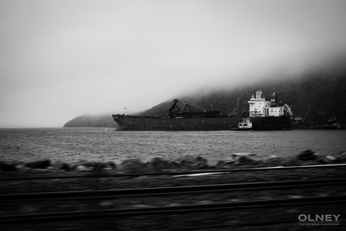 Boat in Port Hastings, Cap Breton black and white olney photographe sherbrooke