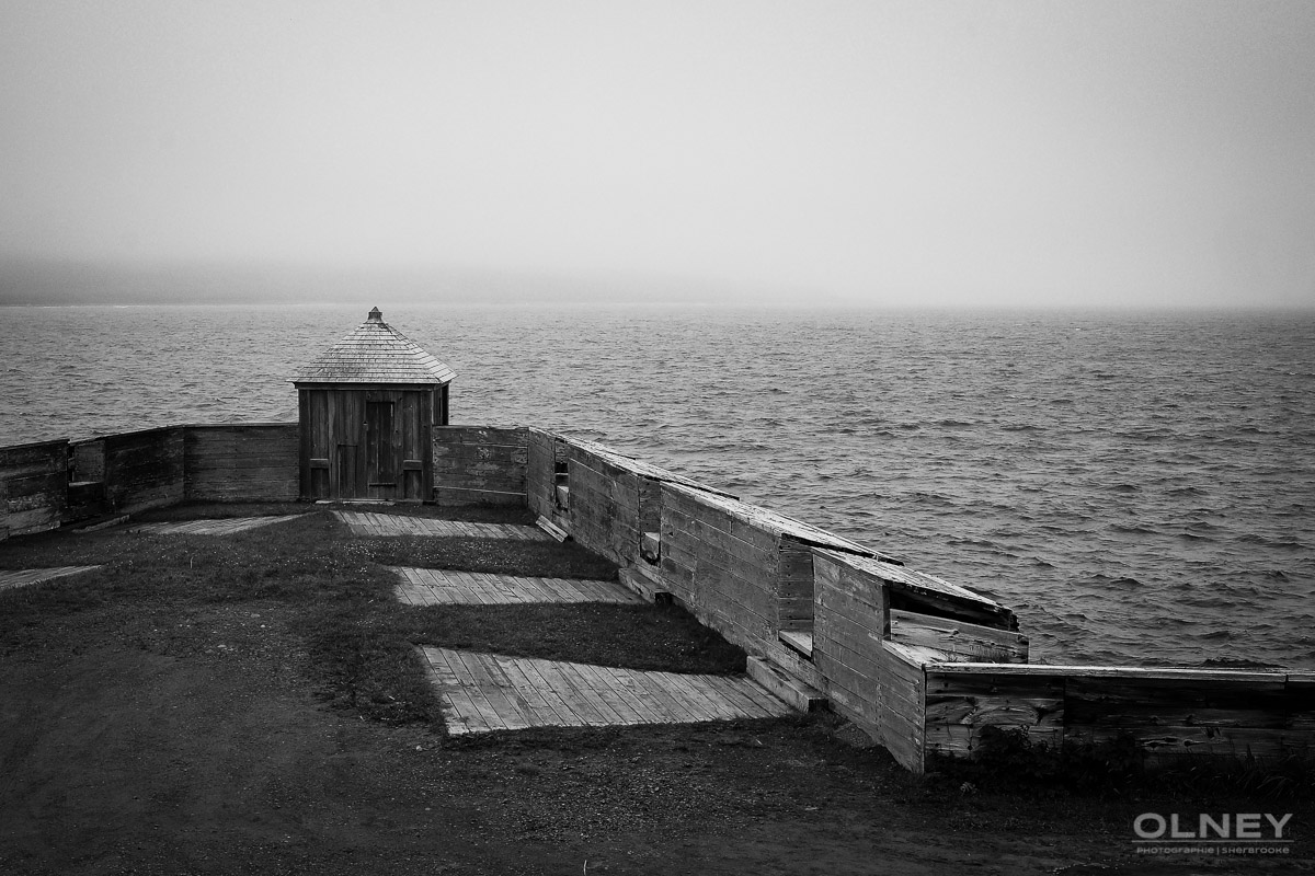 Looking posts in Louisbourg, Cap Breton Nova Scotia black and white olney photographe sherbrooke