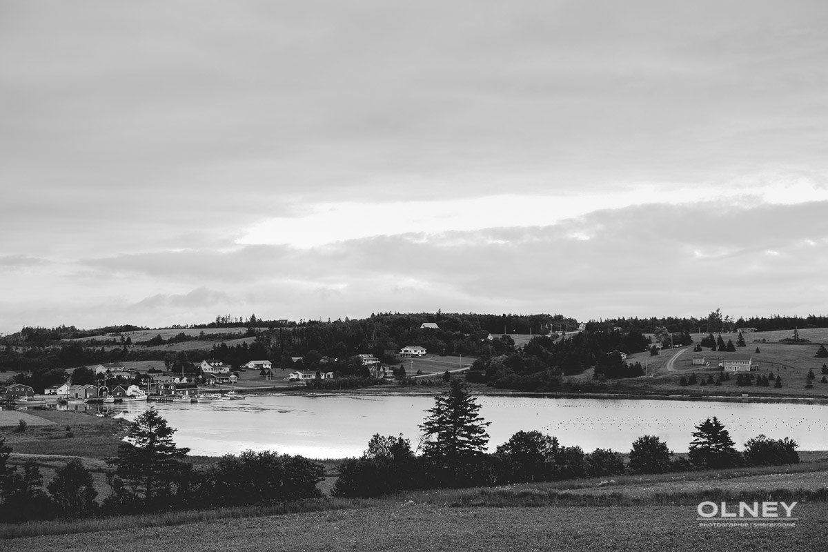 Village and bay in PEI black and white olney photographe sherbrooke