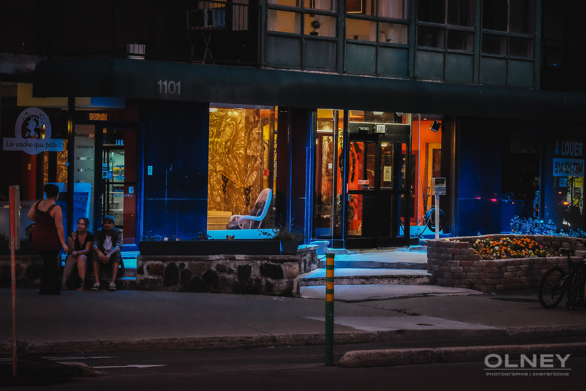 People chatting at dusk on Rachel street montreal OLNEY photographe sherbrooke