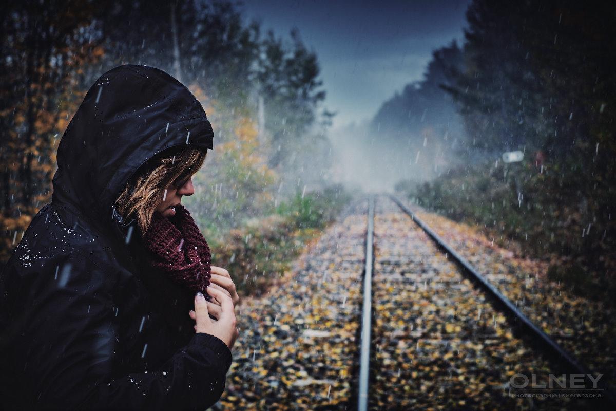 jeune femme sur rails automne