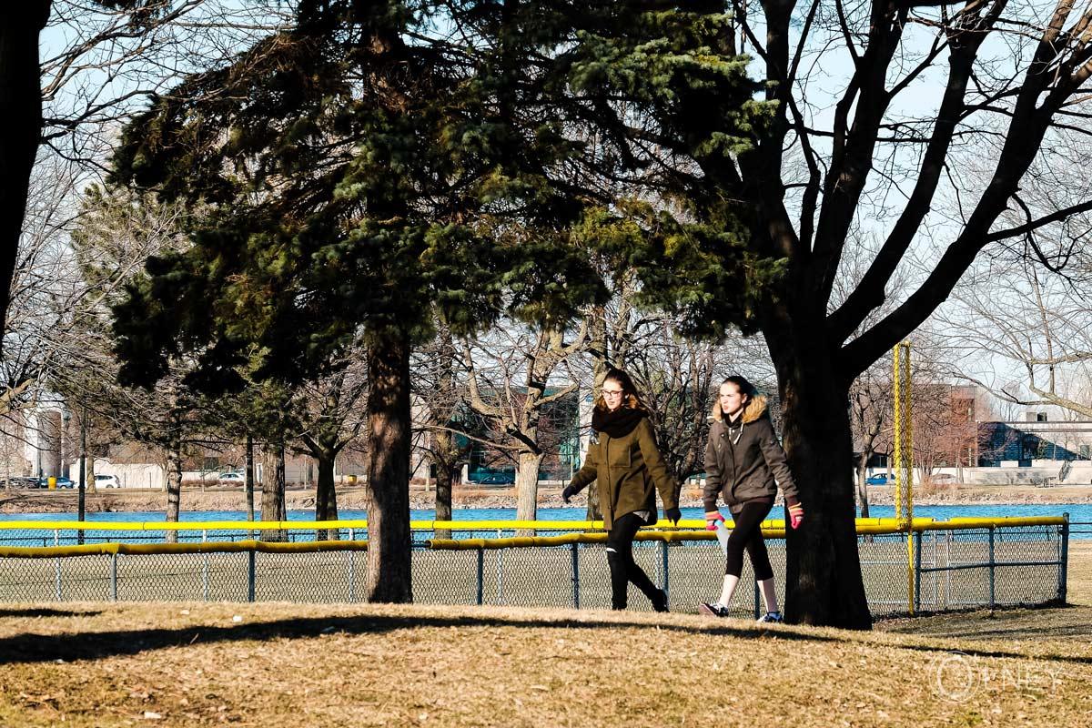 jeunes femmes promenade parc