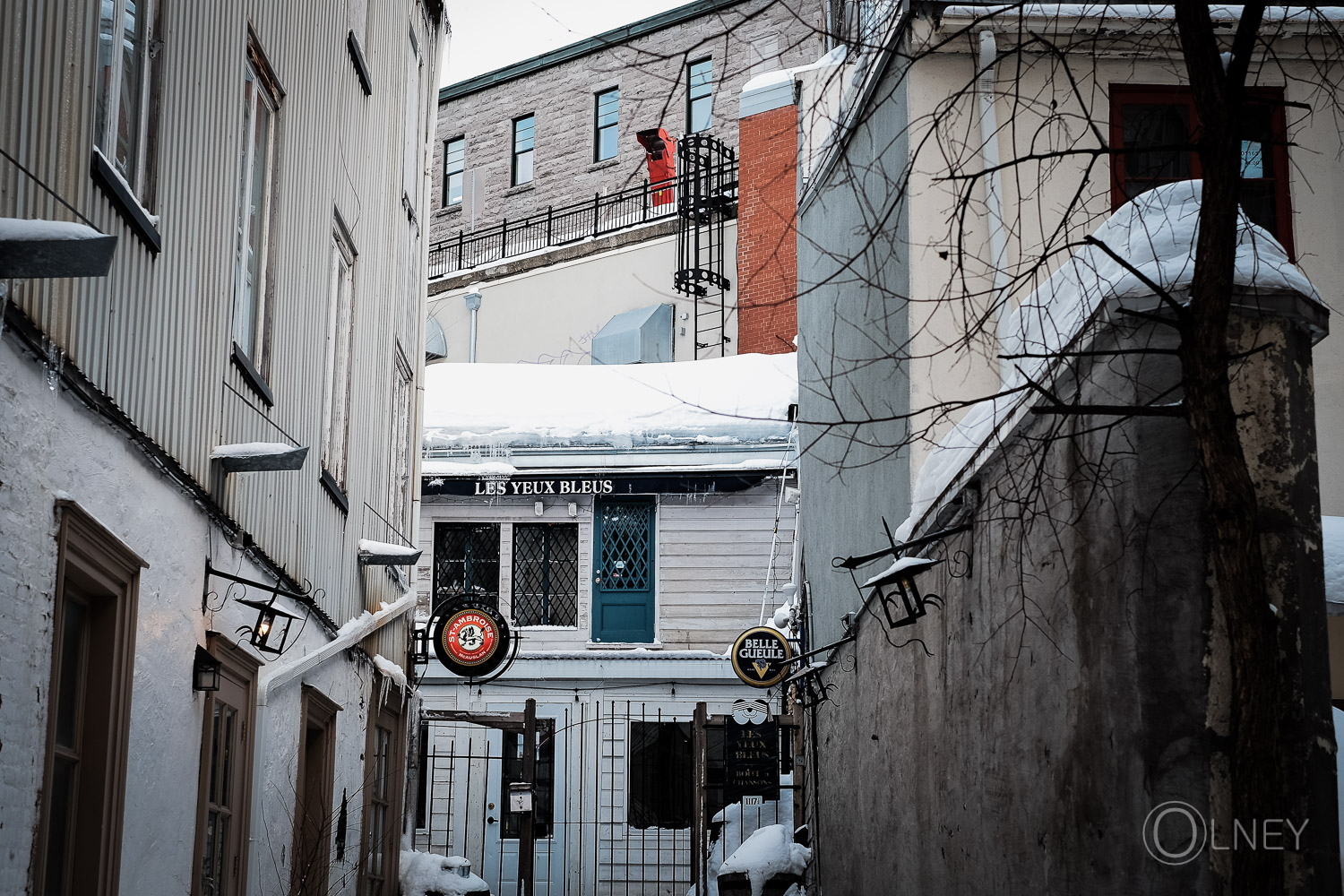 aller leading to a bar in quebec city historical district