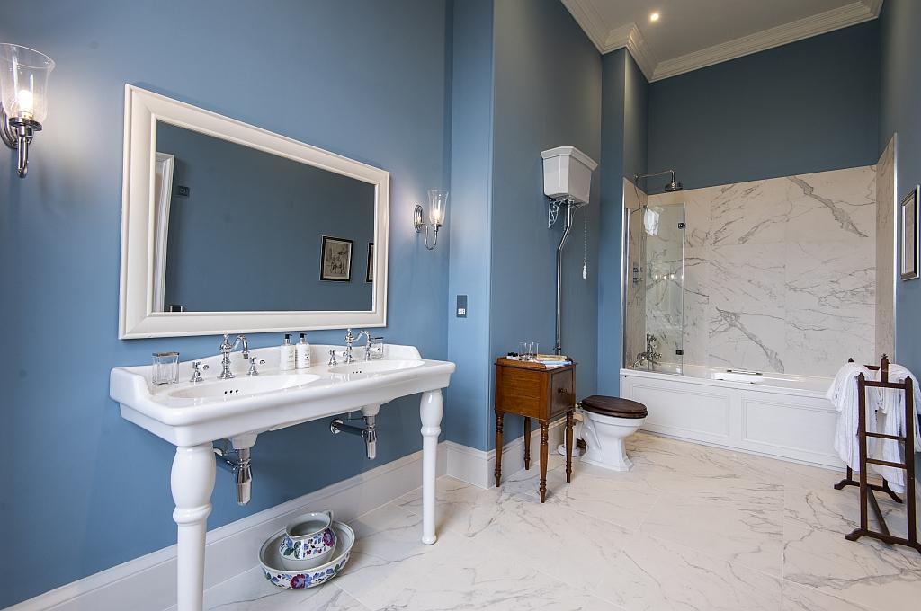 11. The Earl & Countess Bathroom.jpg
