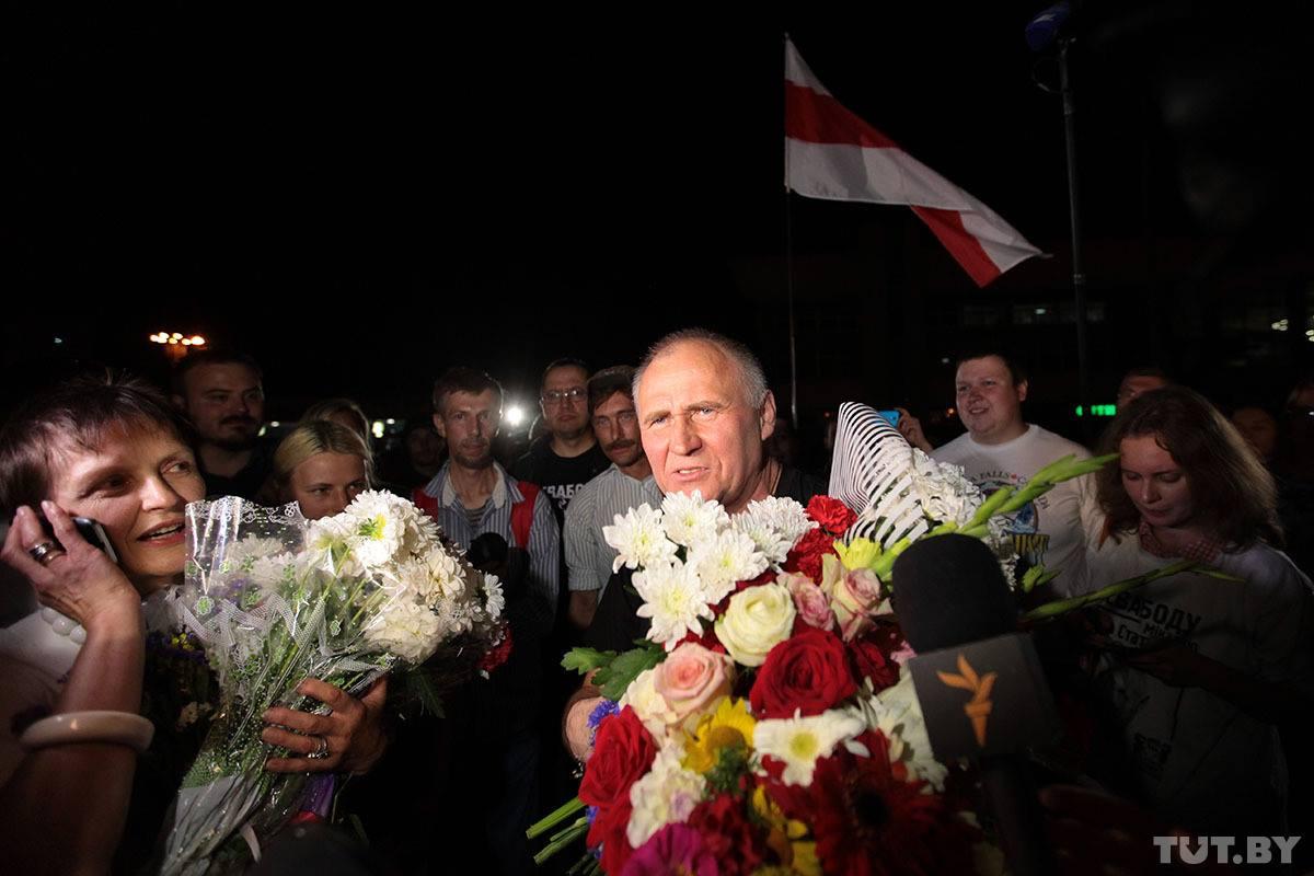 Der Sozialdemokrat Mikalaj Statkewitsch nach seiner Freilassung gestern Abend in Minsk. Auch wenn er in diesem Jahr nicht als Kandidat für die Präsidentschaftswahlen antreten kann, begrüssen ihn seine Anhänger euphorisch.