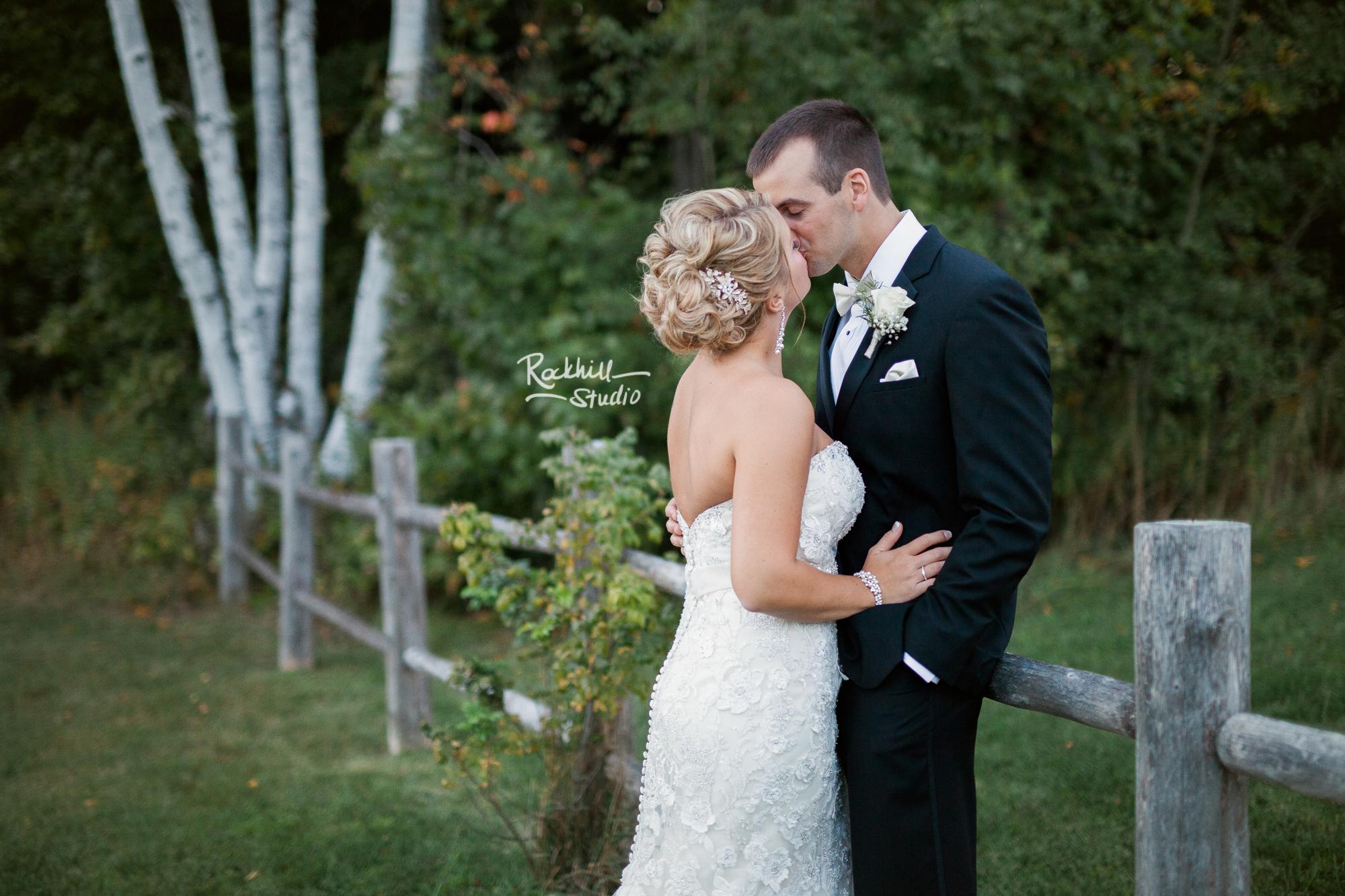 marquette-wedding-photographer-michigan-upper-peninsula-bride-groom-kissing.jpg