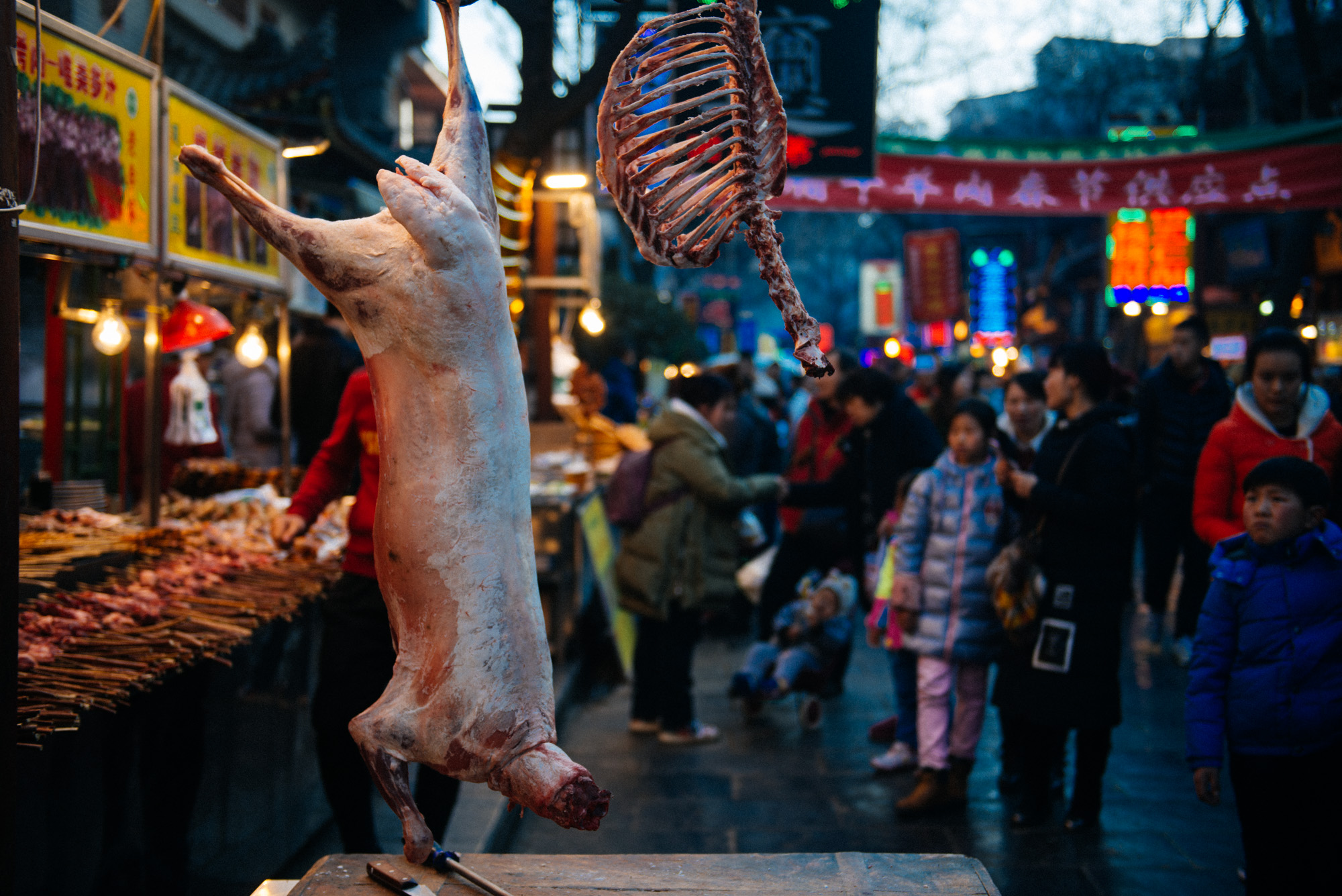 An animal (sheep I hope (?!)) is skinned and butchered right beside the skewer stand it will later be barbecued and sold. Even for the Chinese this was at least a bit unusual. Many would stop and pose with the carcass for a selfie (hey, look! It's me and a headless sheep! so a-we-so-me!)or at least stare for a while. I bet if you did this in the US or Europe you'd be arrested.