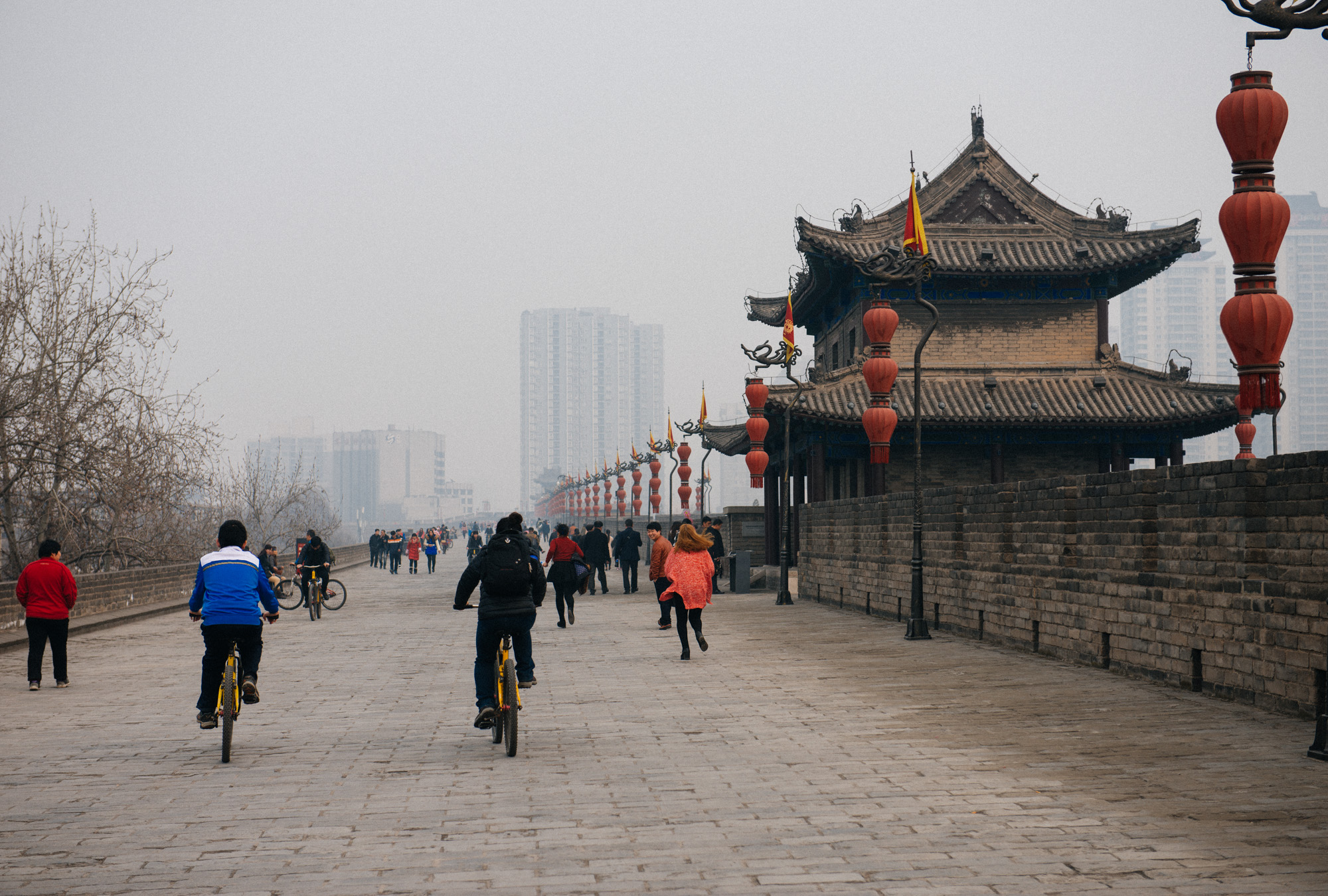 The walls encompass an area of 36 square kilometers (you calculate the perimeter) so it takes quite a while to go around the whole thing. In certain spots you can rent bikes if you want to speed through.