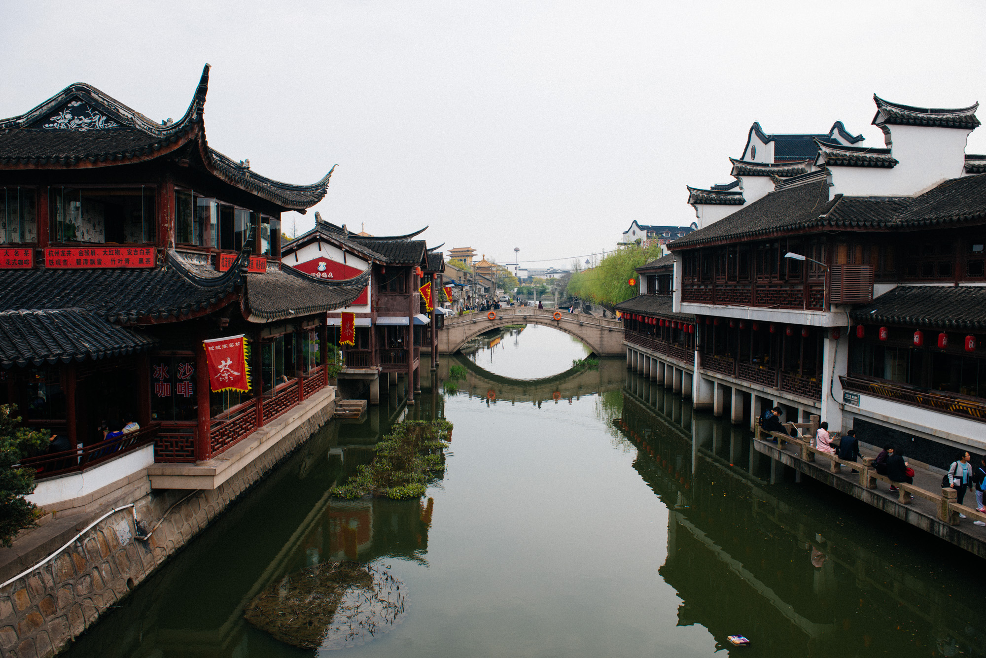 The Puhui river cuts the small town in half and is a big part of the attraction. Restaurants and teahouses are along the margins.