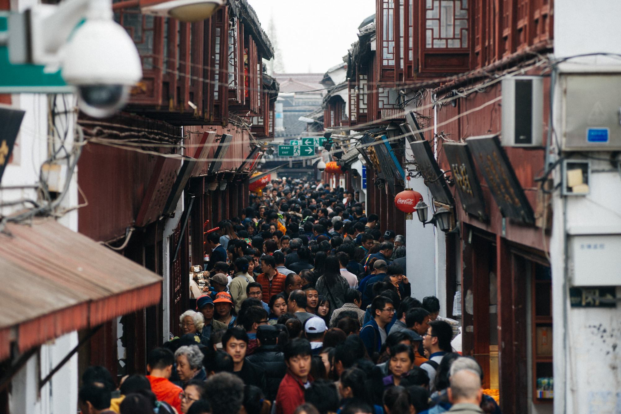 Differently from the Beijing hutongs, the small alleys in the ancient Shanghai area are two stories tall. Today, this street in Qibao is full of shops selling souvenirs and food to tourists.
