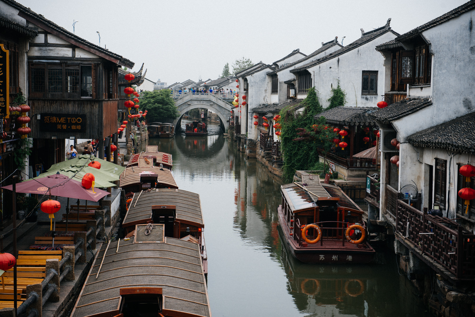 This point of Shantang Street is Suzhou's postcard image. To the sides are restaurants, which I found overpriced and not very good on any standard. It was a rainy day, the only one I had in the city, so I chose not to ride the boat.