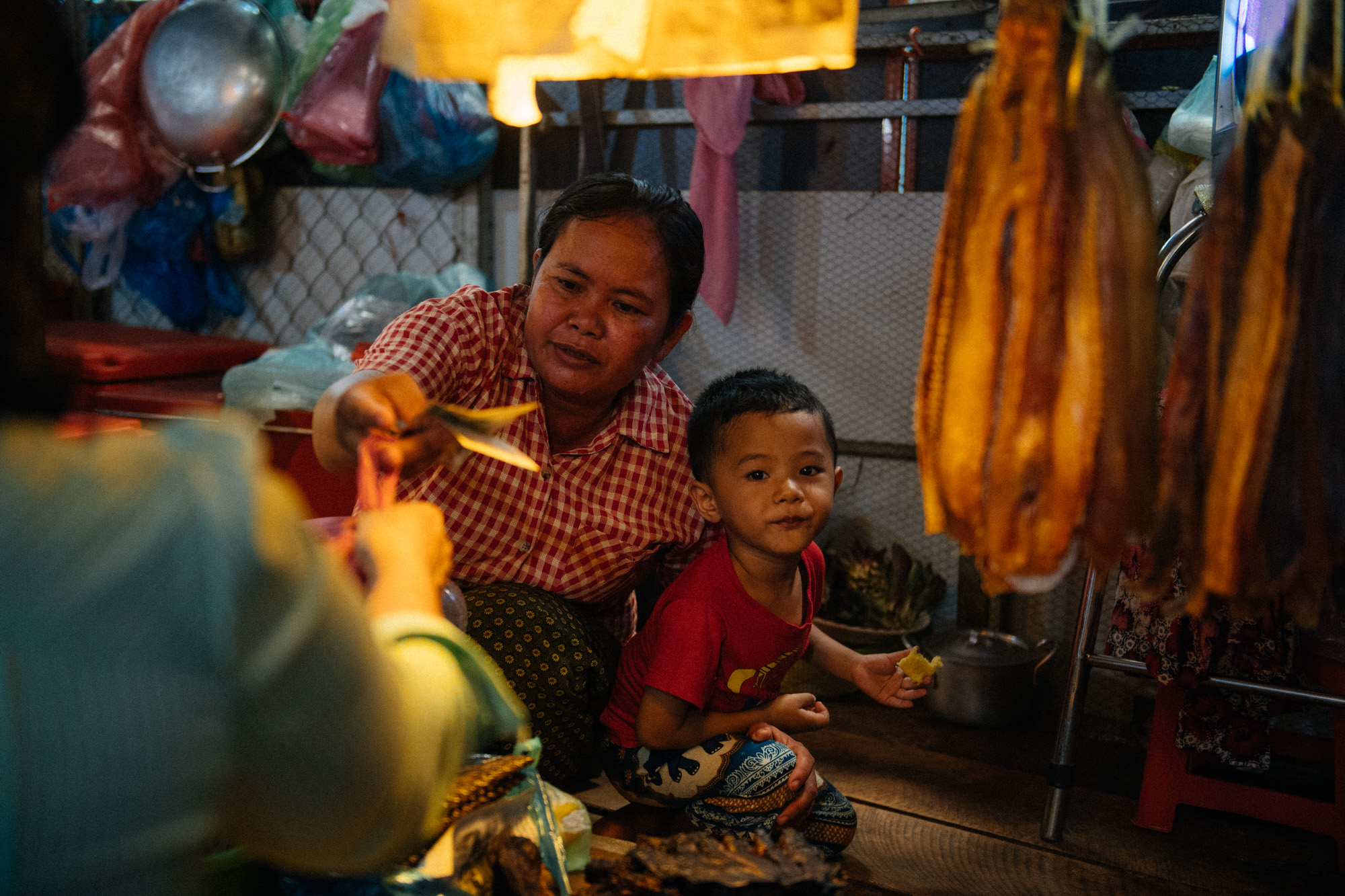 It is not uncommon to see children helping their parents in the market or just playing and running around the stalls until the day ends. As it happens in many countries in Asia, working hours are extremely long in Cambodia for those who run a small business and parents have no option but to bring children to their workplace.