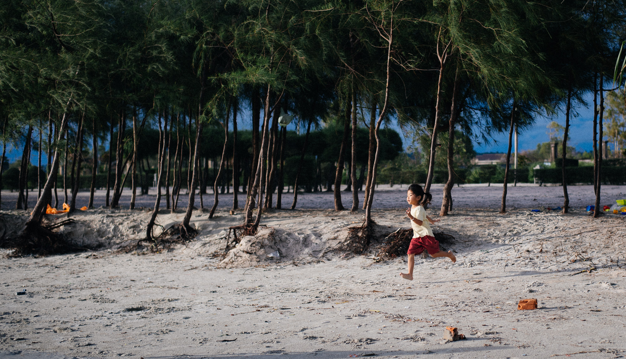 Chinese tourist rushes to the beach to play.