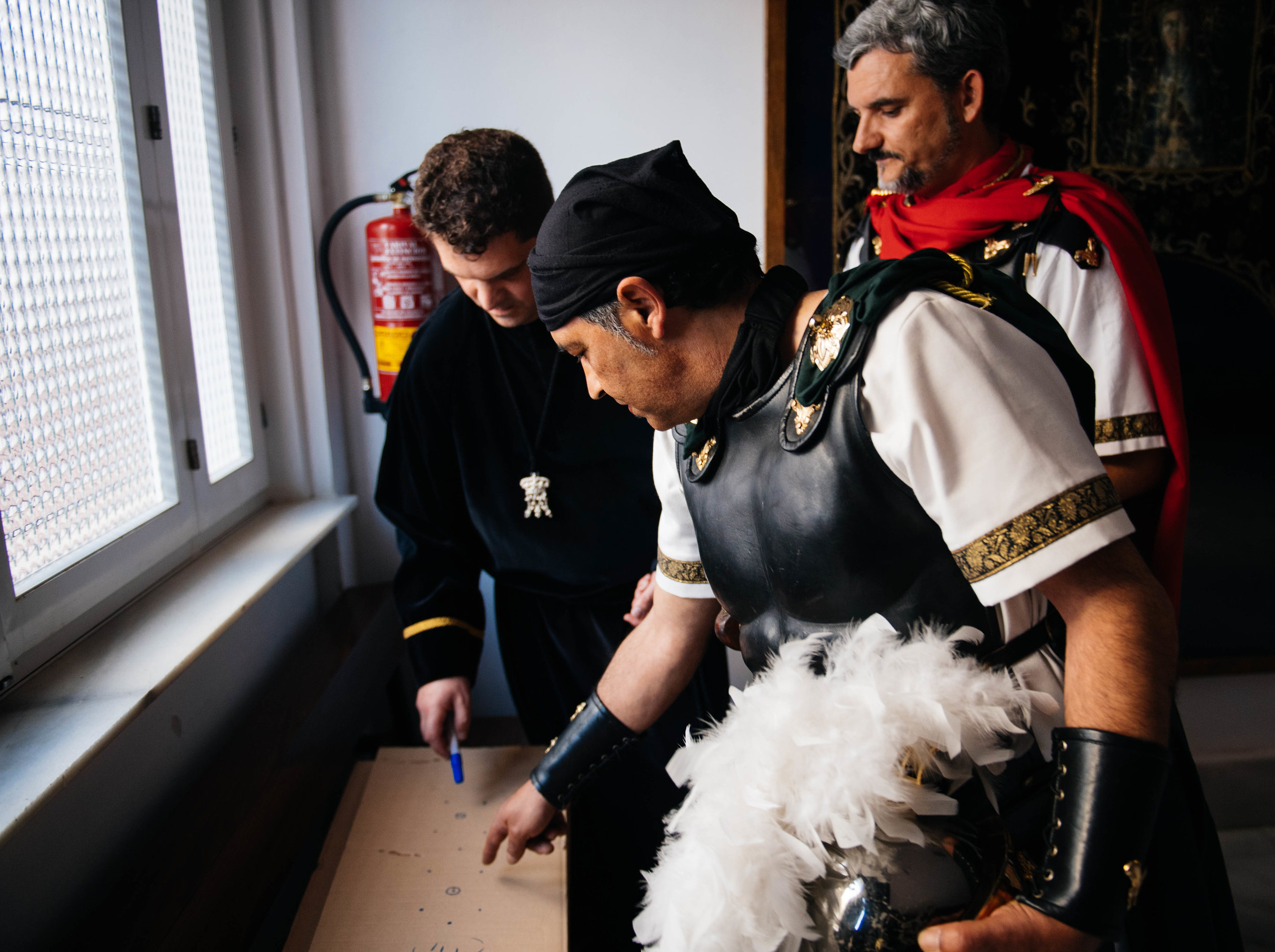 Antonio Martínez makes a sketch and explained to the roman legionnaires how they should walk during the procession.