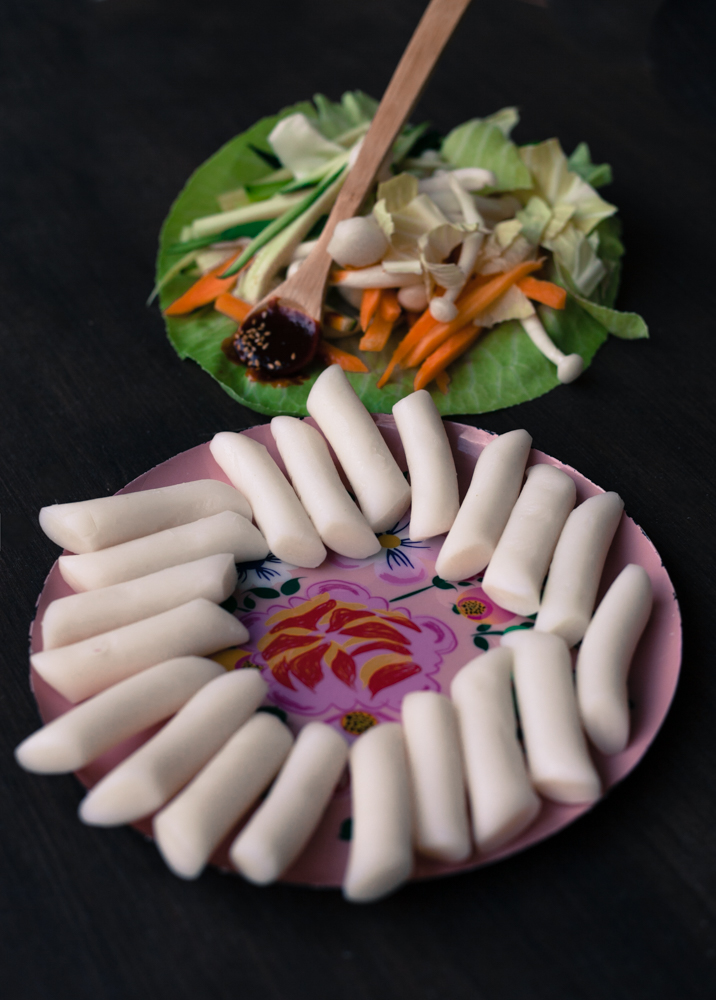 Tubular shaped rice cakes with fresh vegetables.