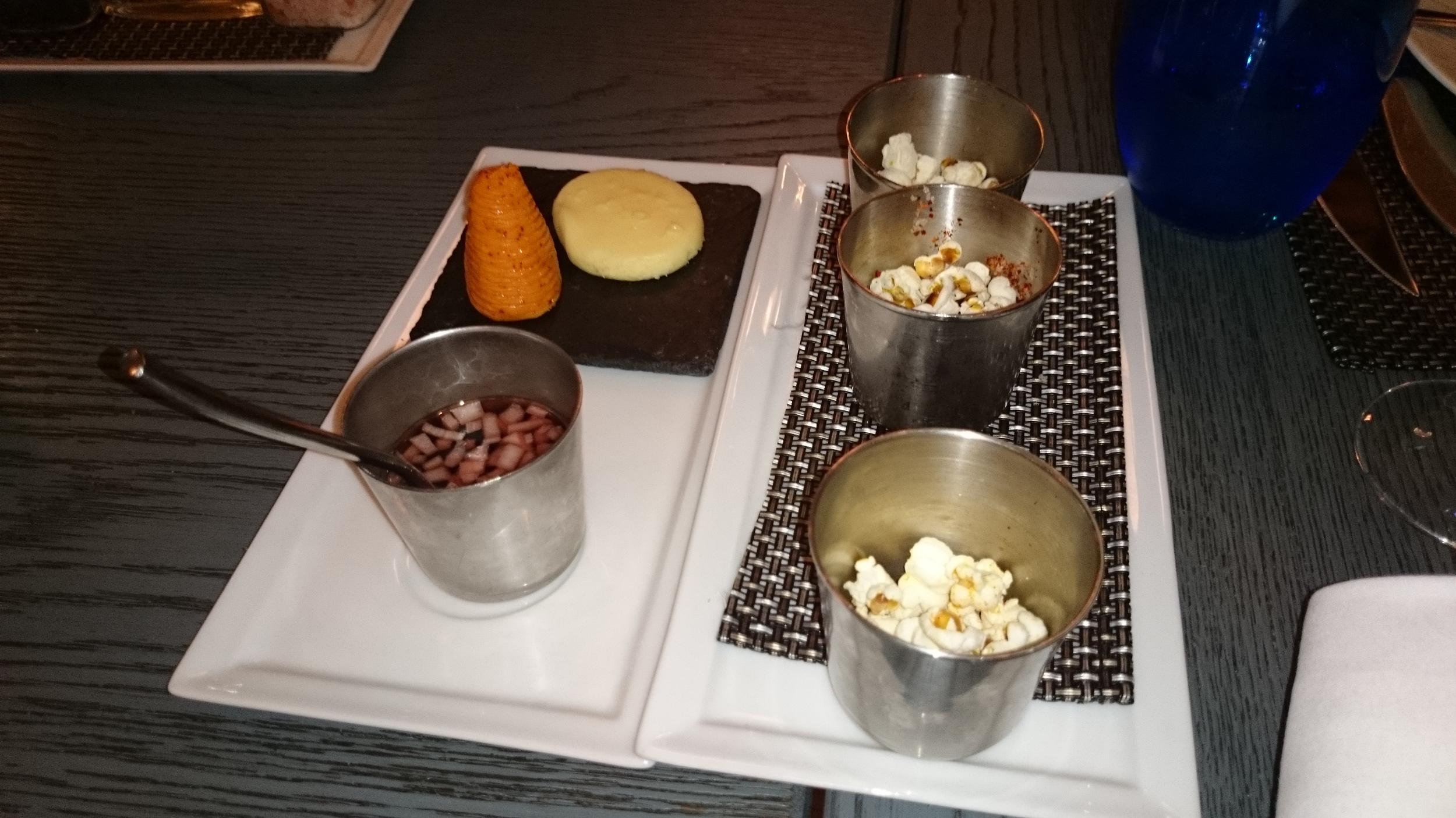 このレストランでは牡蠣はビネガーソースをつけて食べるらしいが、シンプルにレモンとオリーブソースが一番おいしかったかな。。 (因みにビネガーソースの隣は人参ではなく、その形をしたバターです。 バゲットにつけるとおいしかったなぁ。。