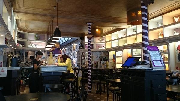 開店直前前の朝の11時半にランチに来たので、客はバーカウンターでお茶をしている人だけ。