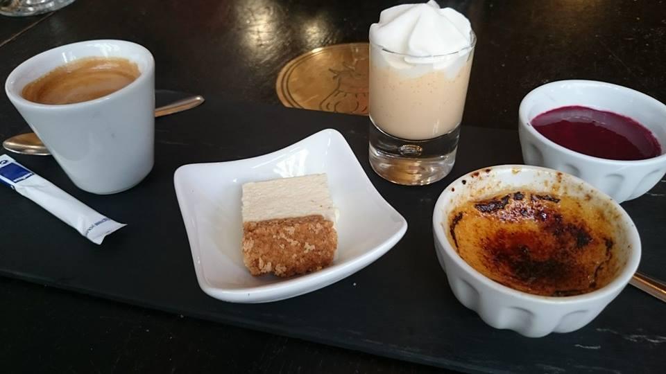 このお店のデザートの「カフェ グルマン セット」はクりームブリュレとカフェ以外は日替わりで変わる感じです。 この日のカフェグルマンセットはクりームブリュレ、ラズベリーソースのパンナコッタ、生クリームが上に乗ったメロンムースと特製一口チーズケーキでした。 お勧めです。