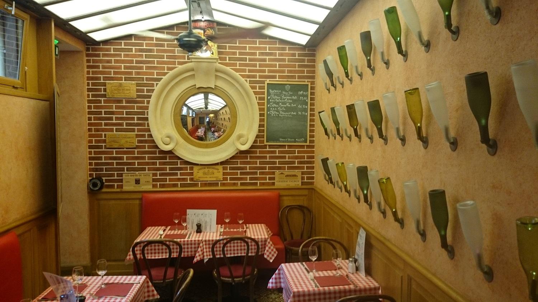 そしてこの可愛らし店内。明るくとても清潔でした。  ワインボトルをランプカバーにしているのも、個性的。  ゆっくりと落ち着いた空間で気軽にランチをしたい時におススメのレストランです。  「Le P´tit Fernand」 ル ペティト フェルナンド  住所 7,rue Lobineau 75006 Paris  TEL: 01 40 46 06 88  火曜日~土曜日  12時~14時半(ランチタイム)  19時~22時30分(ディナータイム)  定休日:日・月  Metro (メトロ)10番線 :Mabillon