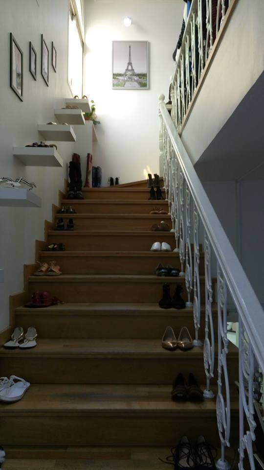 2階にあがる階段には靴が沢山。グリーンのHERMESのサンダルが素敵でした。