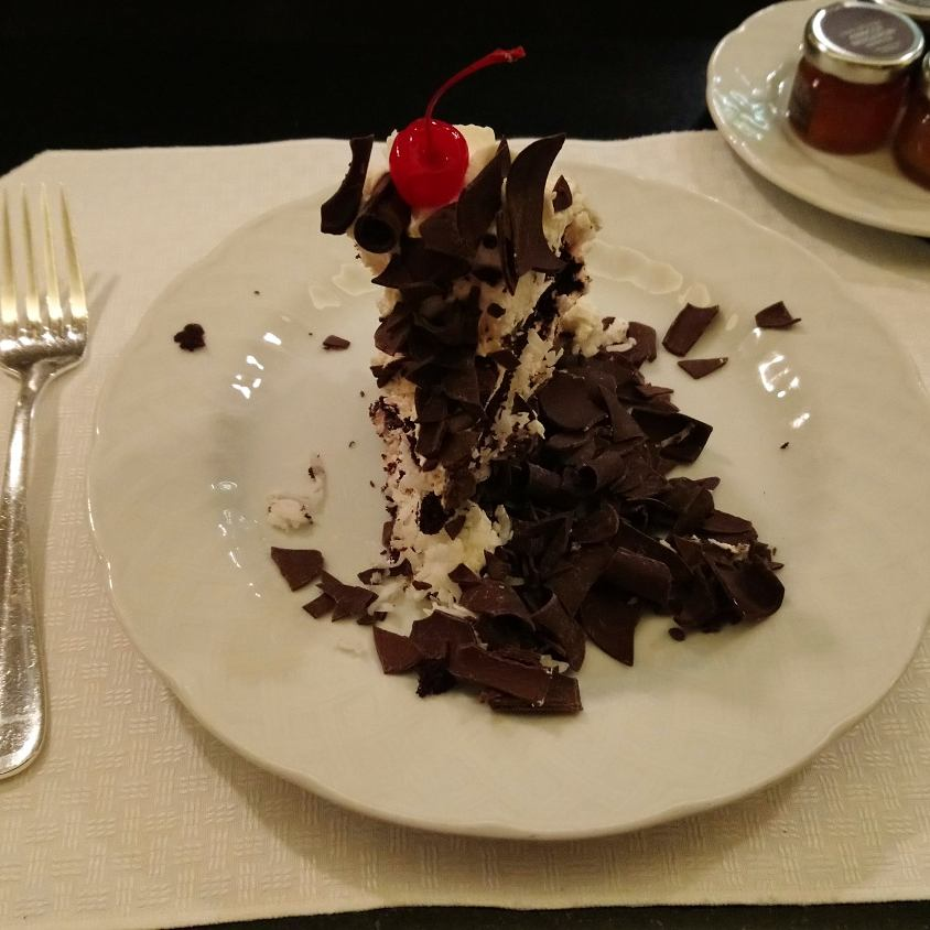 サンドでお腹がいっぱいだったけど、シェフに勧められてカフェで有名なハンドメイドケーキ。ハーフサイズにカットしてもらいました。見た目より甘くなく、たっぷりのココナッツとさっぱりしたクリームです。