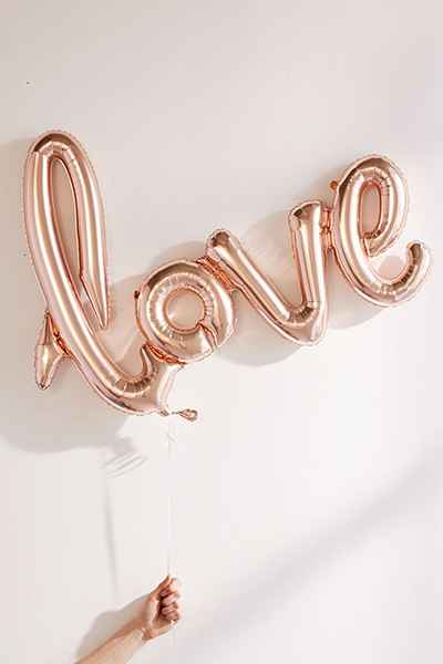 Rose gold LOVE balloon - how amazing are these? Find them at lovely mama Sarah's shop The Jelly Rabbit. Use code: MAMARABBIT10 to get 10% off.