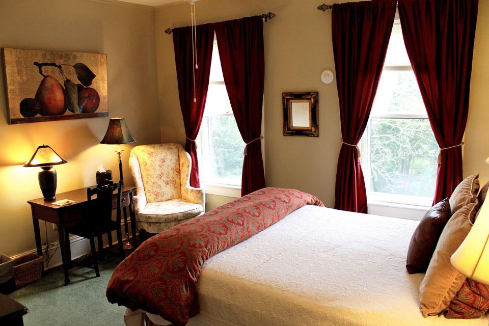 Cobblestones bedroom at the Willard Street Inn