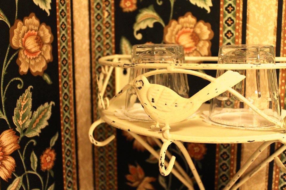 Bird ornamentation on shelf of bath in Room 14 of WSInn.