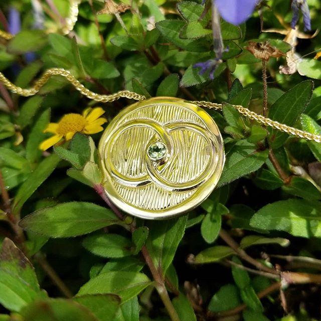 Engraved 18K Gold pendant with peridot. Commissioned as a 50th wedding anniversary gift.  #18k #gold #customjewelry #pendant #peridot #shiny #sterlingsilver #jewelry #jewellery #jewelrygram #maker #handmade #handmadejewelry #handfabricated #gift #closeup #lovetowork #etsy #etsyshop #jewels #freshoffthebench #treejewelry