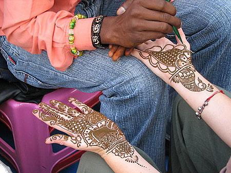 印度瑞诗凯诗的一名游客正在申请指甲花。图片来源:McKay Savage
