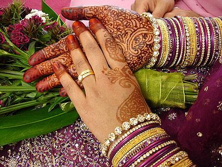 指甲花在新娘的手上。照片学分:Marian