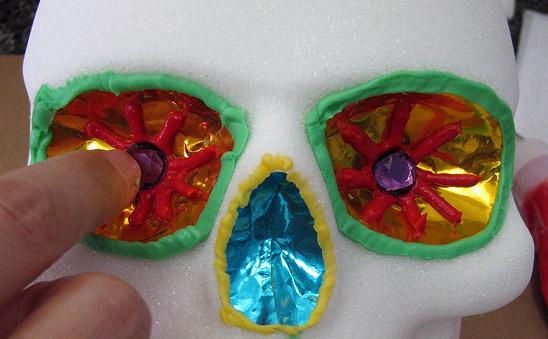 用莱茵石装饰糖骷髅眼