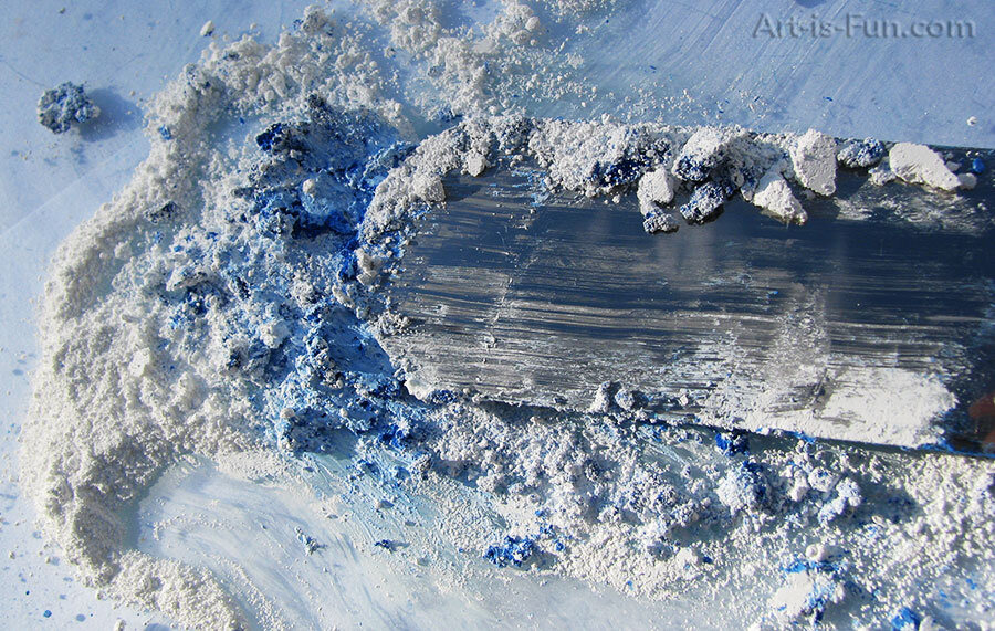 混合白色和蓝色颜料