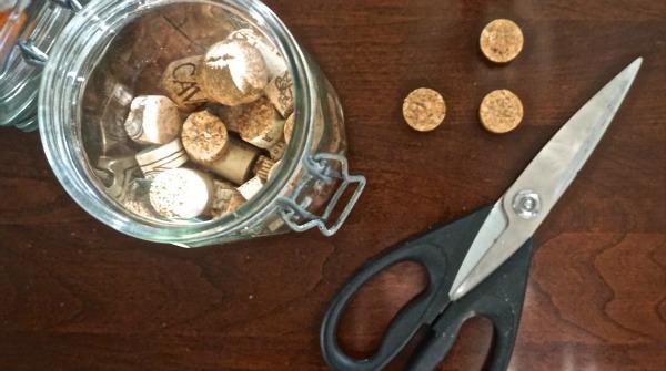make wine cork garland with www.goingzerowaste.com