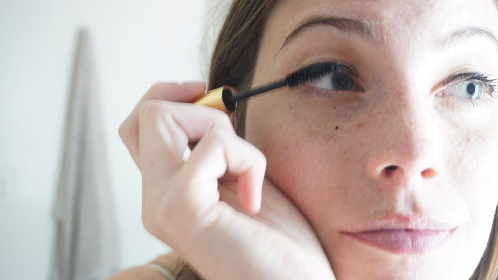 Learn how to make homemade, zero waste mascara with www.goingzerowaste.com