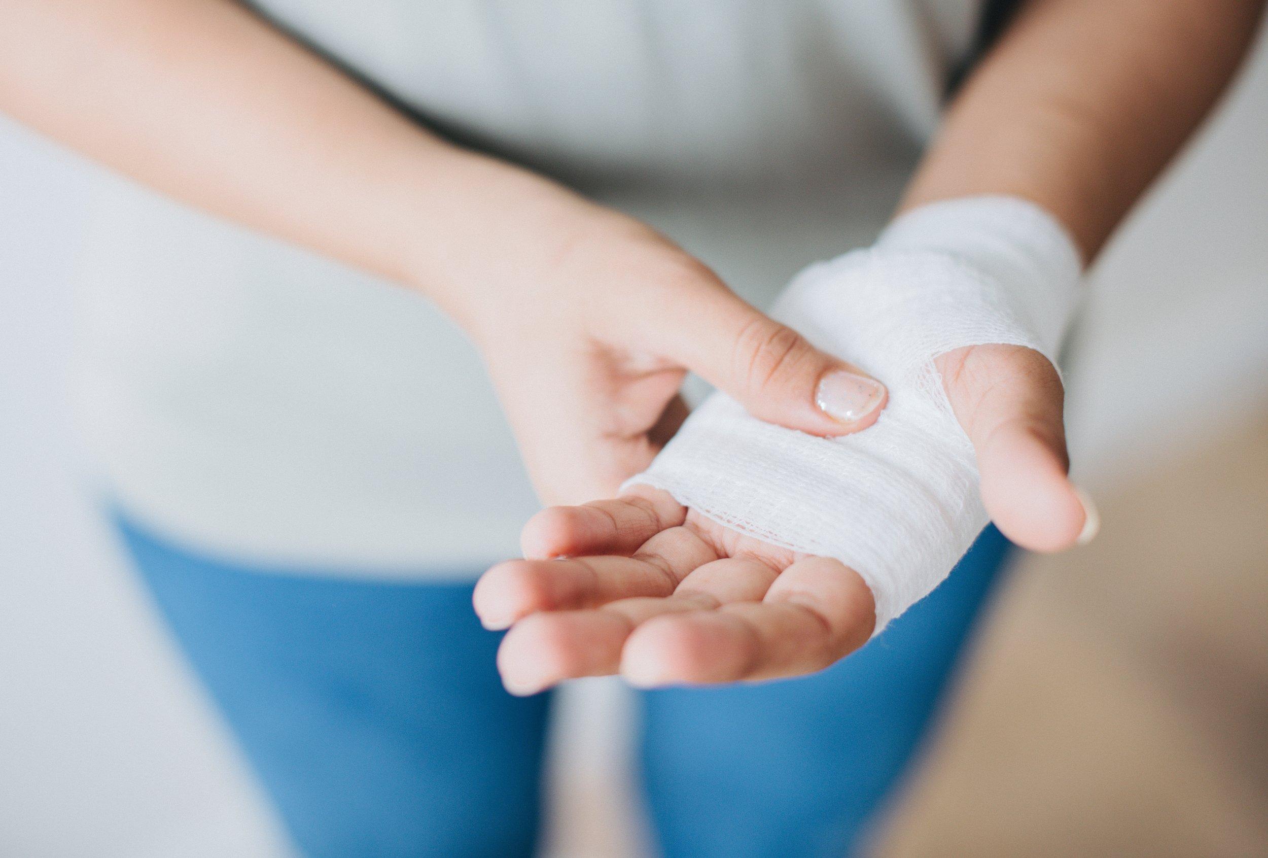 5 tips for building a zero waste first aid kit from www.goingzerowaste.com #zerowaste #firstaidkit #ecofriendly