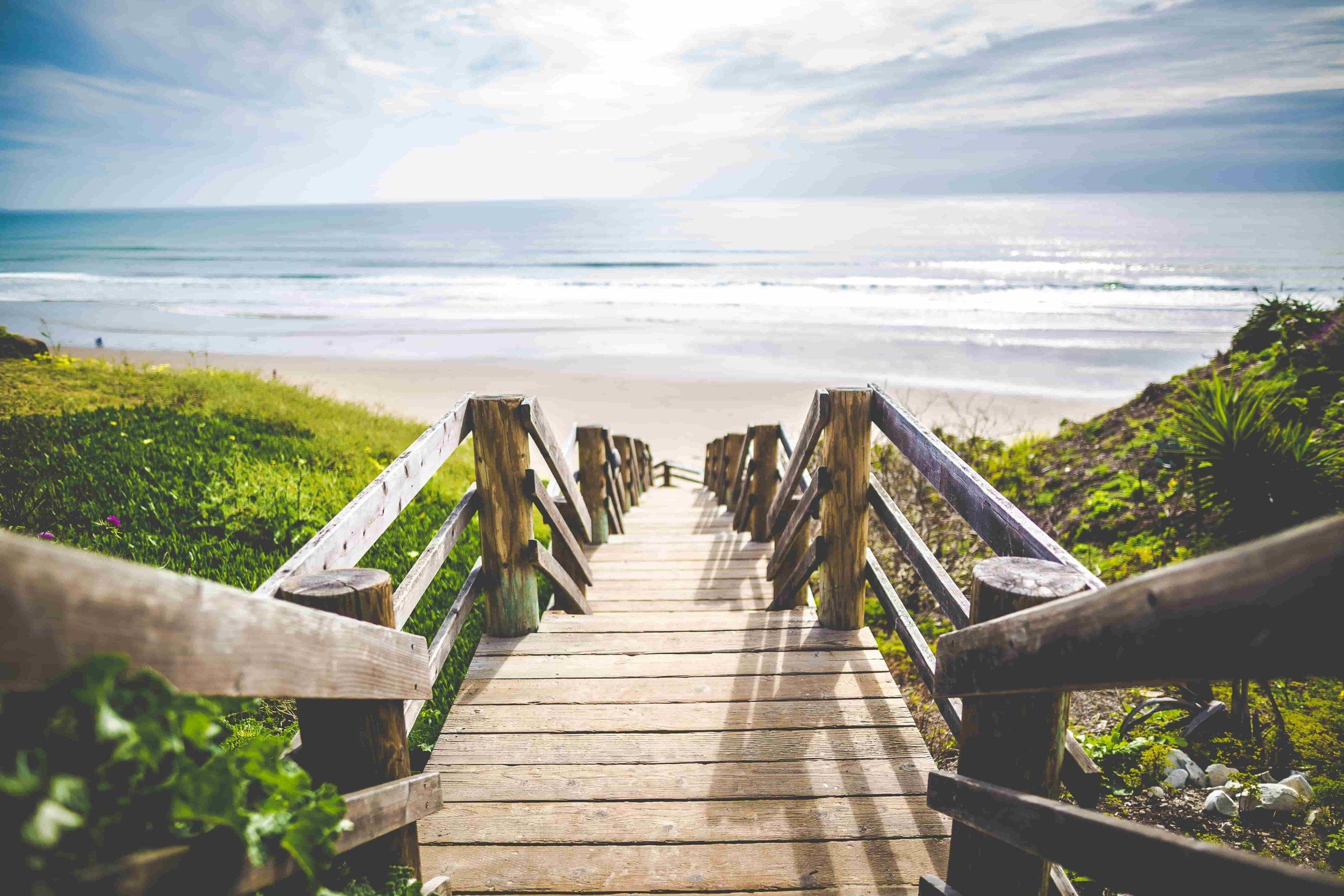 10 eco-friendly beach essentials from www.goingzerowaste.com #ecofriendly #zerowaste #beach #beachbag #poolbag #essentials #