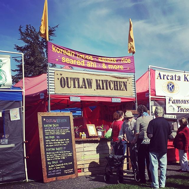 North Country Fair! #organic #koreantaco #burrito #arcataplaza #crafty #ahiplate #dontpanicitsorganic #paintedhillsbeef #beelersbacon #arcatatofushop #glutenfree #vegan #madewithlove #music