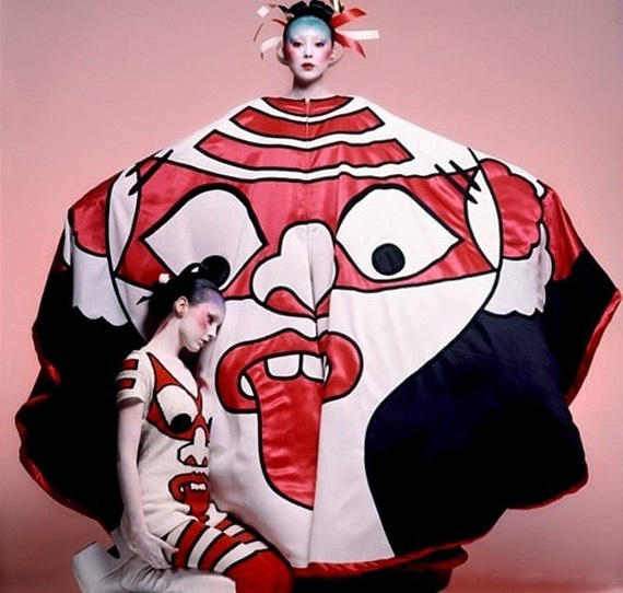 😝😝Kansai Yamamoto - first ever Japanese fashion designer to show in London in 1971. His saturated patterns and exaggerated silhouettes were influenced by the colorful art of the Momoyama period (1573-1615) and also the vibrant costumes of Kabuki theatre.  His aesthetic gained critical success for implementing the Japanese concept of basara—a love of color and flamboyance. A direct contrast with wabi-sabi—the Buddhist ideal of beauty in imperfection/modesty. Although not a household name, he set the tone for contemporary Japanese fashion and was responsible for all of David Bowie's iconic Ziggy Stardust and Aladdin Sane costumes. 💥💥