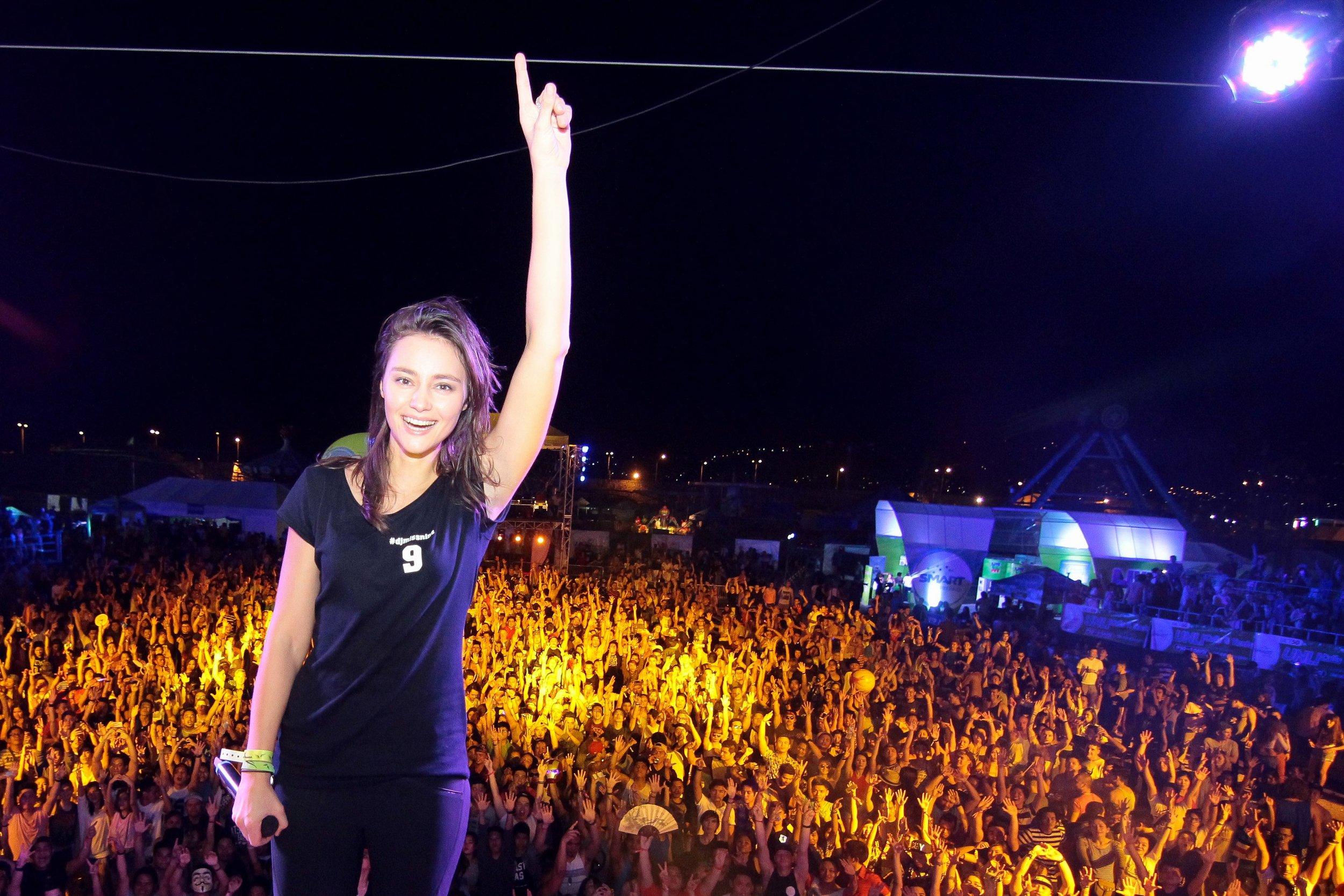 Miss Nine + crowd 3.jpg