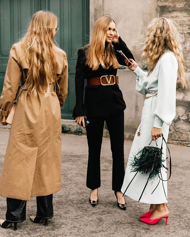STREET STYLE by @collagevintage2 #Valentino #Paris 💫 . . . . . . . . . .  #mychicatelier  #bloggerwelove #streetstyle #fashionconsultant #fashion #moda #bloggers #instafashion #fashionphotgraphy #photographer #france #trends #tendencias #picoftheday #curatedfashion #fashionista #fashionblogger #blogger #bloggerstyle #stylist #streetstylephotography #instafashion #emergingdesigner