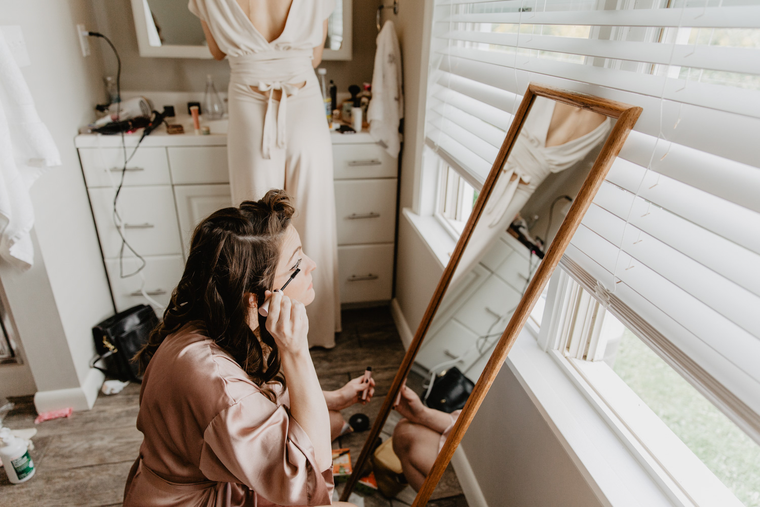 Bride puts on makeup at Warfield House Inn