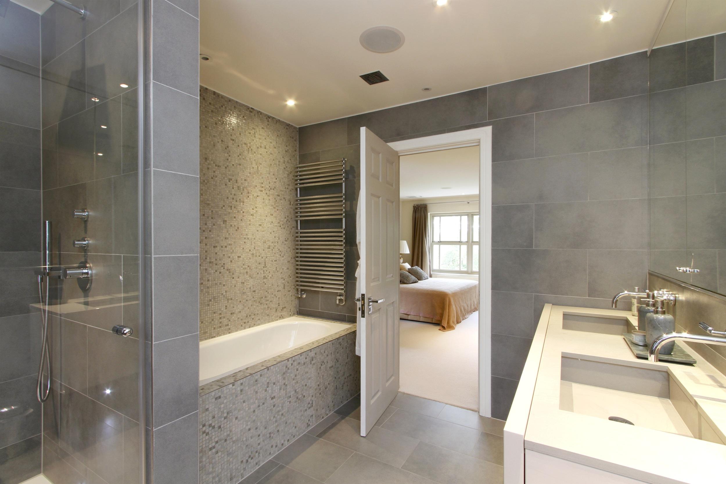 Ellington Lodge - Bath-bed.jpg