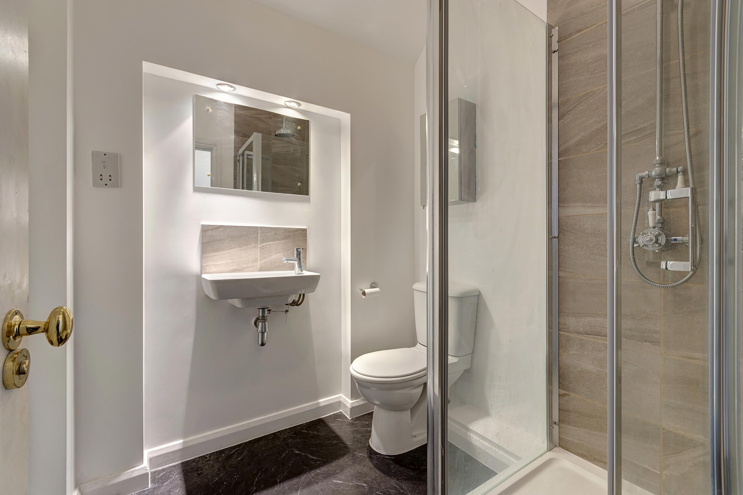 bedroom 1 bathroom.jpg
