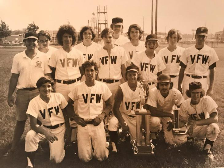 I COULDN'T FIND A PHOTO OF ROBIN (I WILL) BUT HERE'S ONE OF YOURS TRULY. GOOD LUCK PICKING ME OUT OF THIS FINE LINEUP OF CHAMPIONS. ONE HINT: I'M NOT THE GUY LOOKING OVER COACH'S SHOULDER.