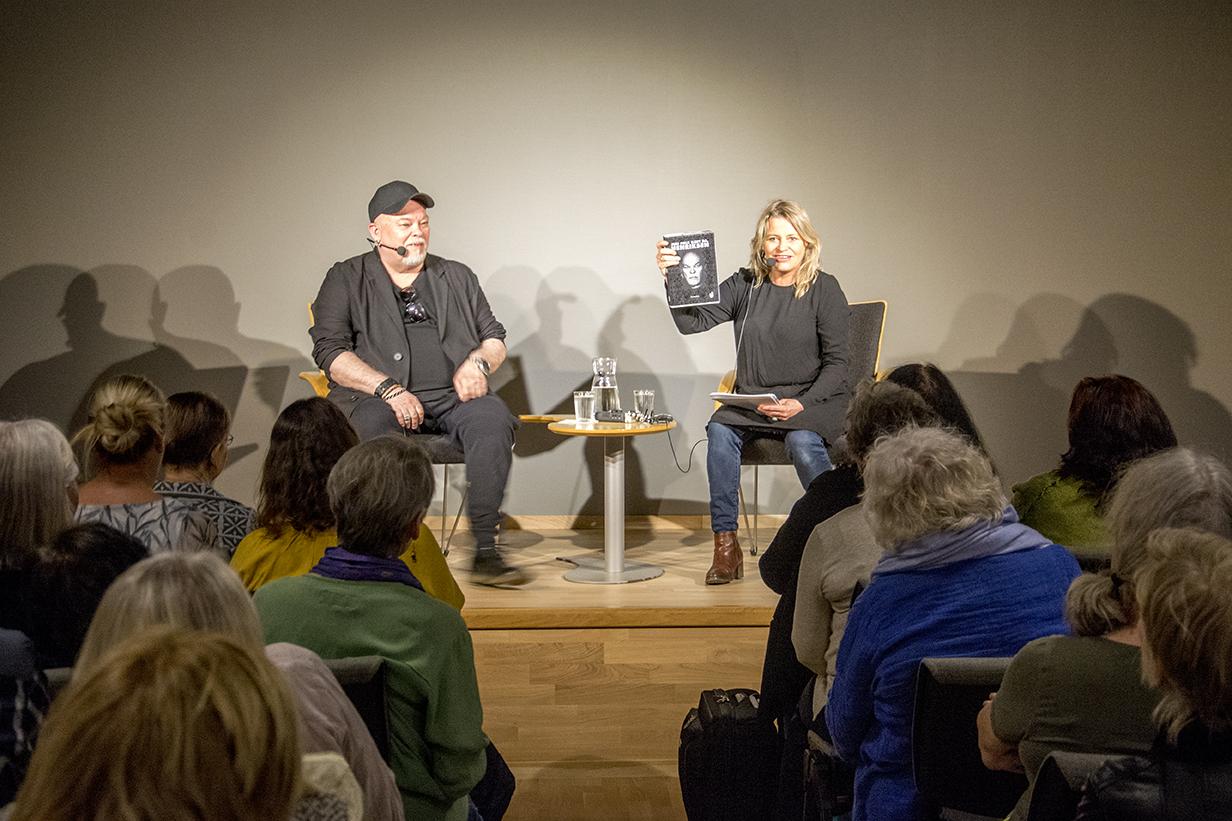 Randi Berge Wandrup i møte med Sven Henriksen. Foto: Helge Dyrholm