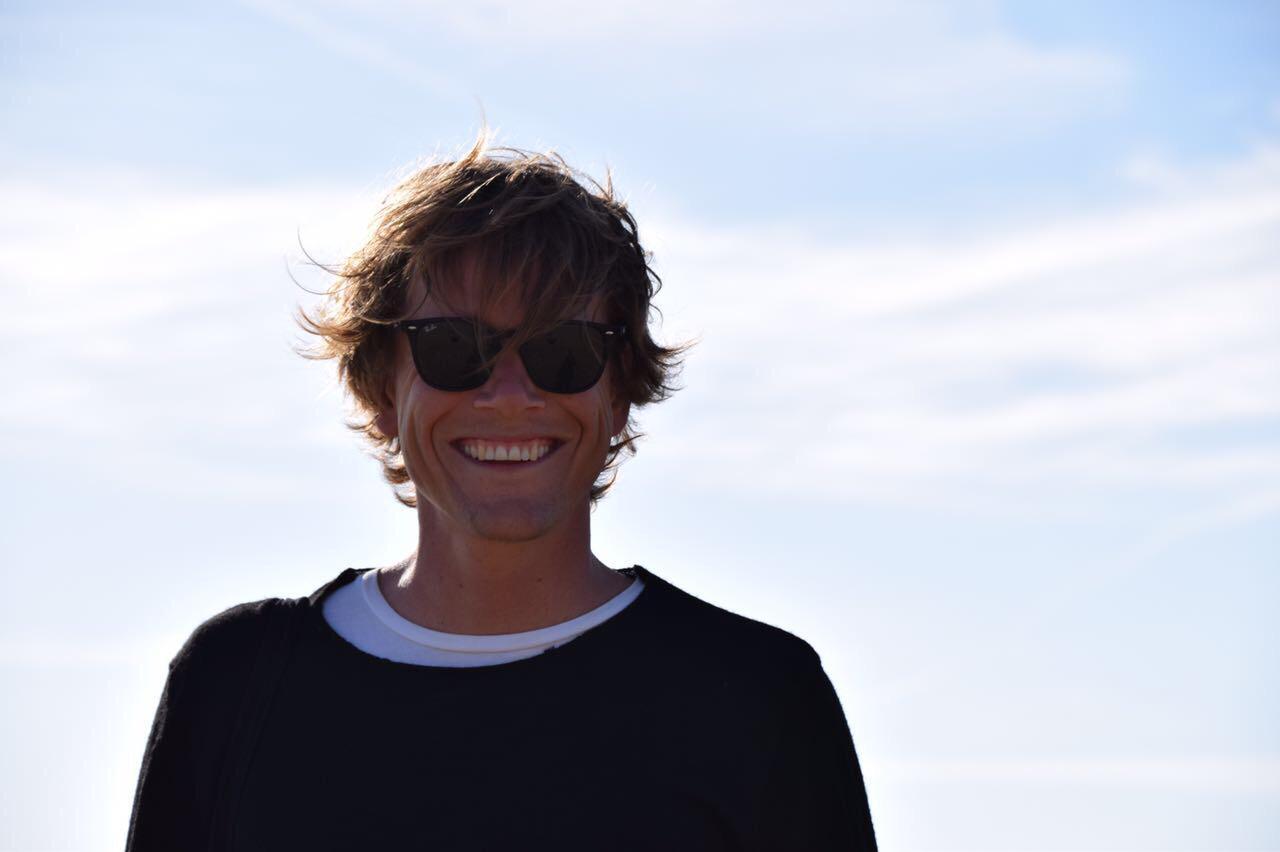 Stefan Schulte-Beerbühl  verwaltet die Vereinsmitglieder und ist Manager unseres Kontos. Er ist ausserdem Sonderpädagoge und in den Schulferien meistens mit seinem Surfbrett im Bulli unterwegs zum Wasser.