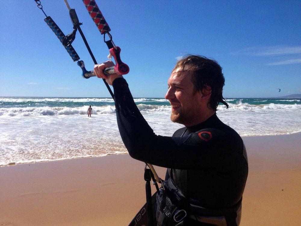 Henrik Frensch   dreht und produziert  Filme und war schon fast überall auf der Welt zum Wellen reiten, kann es aber immer noch nicht richtig. Richtig sicher fühlt er sich dafür auf dem Kite-Board.