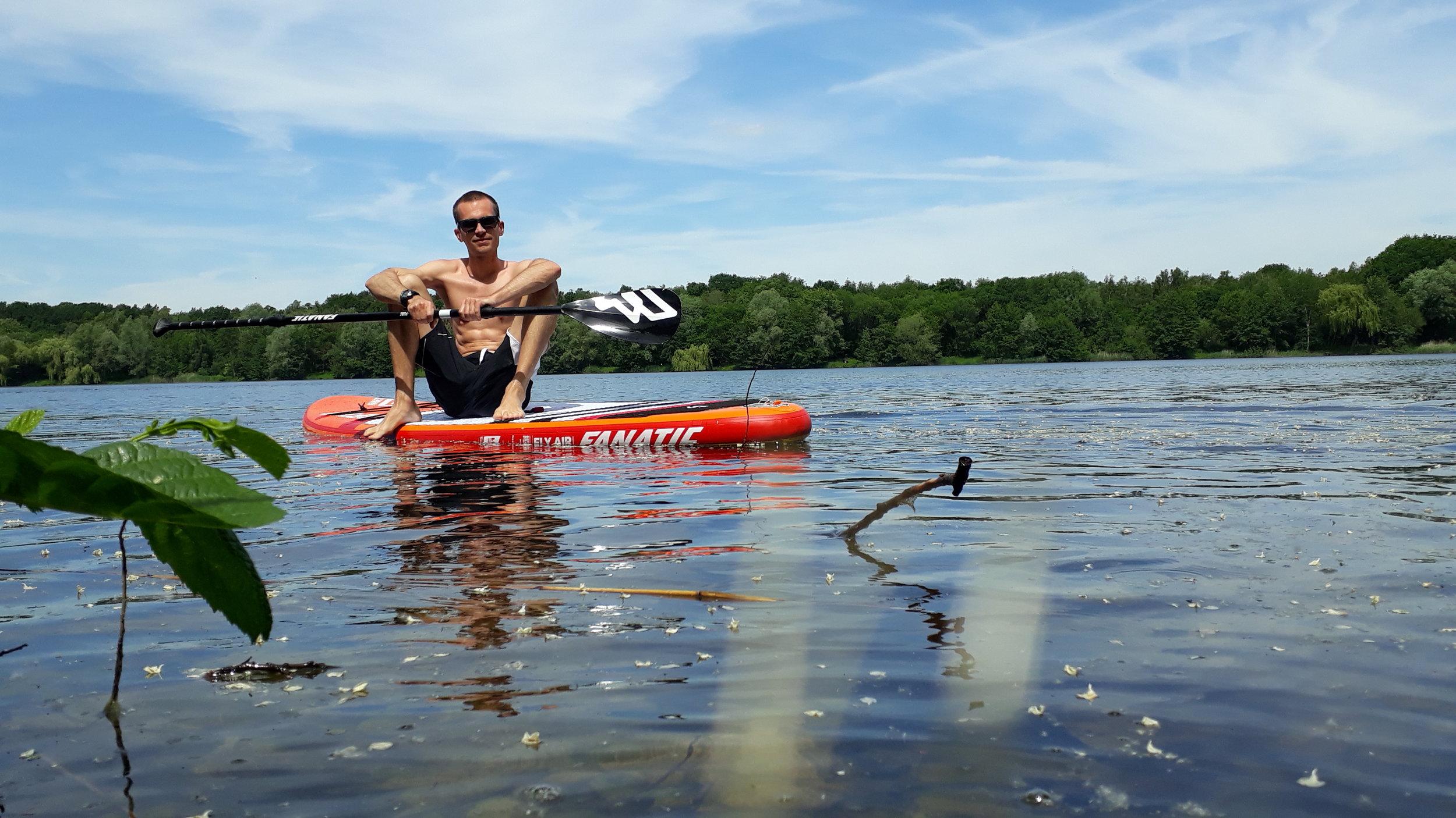 Kevin Otte  ist Brettsport-Enthusiast, DLRG-Kind, Wasserratte und am liebsten Barfuss unterwegs. Zum Sitzen kommt er nur als wissenschaftlicher Mitarbeiter der Hochschule Hamm-Lippstadt.